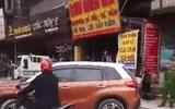Bị CSGT nhắc nhở, nữ tài xế đỗ xe giữa đường thách thức
