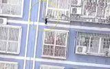 """""""Người nhện"""" Trung Quốc giải cứu bé 2 tuổi treo lơ lửng trên tầng 5 tòa nhà"""