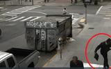 Clip: Người đàn ông vô cớ hành hung người vô gia cư trên vỉa hè gây phẫn nộ