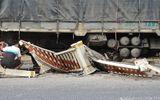 Ô tô tông bay hàng chục mét dải phân cách sau tiếng nổ lớn