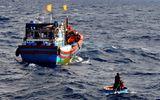 """Cứu vớt thành công 5 ngư dân bị tàu """"lạ"""" đâm chìm"""
