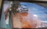 Tin tức - Clip: Táo tợn đập vỡ tủ kính, cướp hàng chục sợi dây vàng trong vài giây