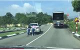 Tin tức - Video: 2 cô gái cong lưng đẩy xe ô tô lên dốc