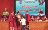 Tin tức - Nữ sinh được thầy giáo quỳ gối cầu hôn trong lễ tốt nghiệp gây tranh cãi