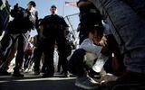 Tin thế giới - Trẻ em nhập cư trái phép trong trại tị nạn Mỹ bị ép dùng thuốc thần kinh