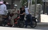 Video: Dừng xe mua hoa quả ven đường, cô gái bị kẻ gian trộm tiền với