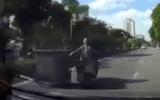 """Video: Thót tim cảnh """"Ninja"""" Lead vừa lái vừa kéo xe chở rác ở Hà Nội"""