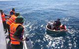 Cứu 4 ngư dân bị chìm thuyền, lênh đênh trên biển nhiều giờ liền
