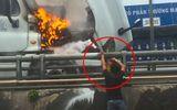 Tin tức - Clip: Nam tài xế loay hoay tìm cách dập lửa đầu xe container