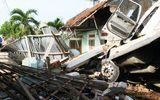 Xe container đâm sập nhà dân, cả gia đình đang ngủ bị thương nặng