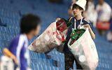 World Cup 2018: CĐV Nhật Bản vừa rơi lệ vừa dọn rác trên khán đài