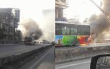 Hà Nội: Xe buýt chở nhiều khách bất ngờ bốc cháy giữa phố
