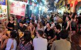 Chen chân uống bia đêm ở phố Tây Tạ Hiện những ngày nắng nóng