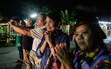 Những cầu thủ nhí được giải cứu từ hang Tham Luang chưa thể gặp cha mẹ