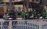 Video: Xe ôm truyền thống hỗn chiến với Grab ở Huế