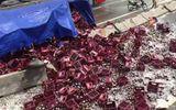 Video: Xe container bị lật, hàng nghìn chai bia vỡ phủ kín mặt đường