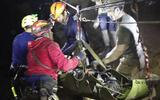 Video hải quân Thái Lan: Đội bóng không lặn mà được khiêng ra khỏi hang