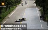 Tin thế giới - Video: Bị tông xe, ngã sõng soài, cô gái vẫn hồn thiên xem điện thoại không rời