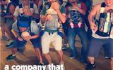 Tin thế giới - Video: không thể nhịn cười với điệu nhảy của các ông bố địu con