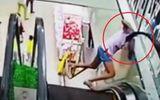Tin tức - Video:  Do bất cẩn, bé gái bất ngờ bị kẹt đầu khi đi thang cuốn