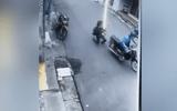 Tin tức - Clip: Người phụ nữ bế con nhỏ ngã khuỵu khi cố giằng co với cướp