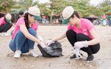 Tin tức - Thí sinh Hoa hậu Việt Nam 2018 dọn rác trên bãi biển Cửa Lò sau bão số 3