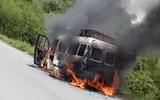 Video: Xe tang lễ bốc cháy dữ dội trên đường về
