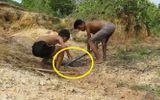 """Video: Thót tim với 2 cậu bé tay không bắt trăn """"khủng"""""""