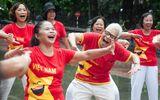 Kỳ lạ bộ môn Yoga ở Hồ Gươm: Cứ tham gia là phải... cười