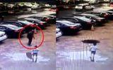 """Video: Giật mình cảnh cụ ông 80 tuổi bất ngờ bị mặt đất """"nuốt chửng"""" khi đang đi bộ"""