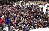 Cận cảnh du khách hoảng loạn, chen lấn lên tàu rời khỏi khu vực động đất tại Indonesia