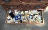 Thu mua tủ cũ bất ngờ phát hiện kho báu bên trong