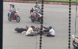 Video: Hai người đàn ông ngồi tâm sự giữa lòng đường sau va chạm giao thông