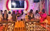 """Nữ tiếp viên ăn mặc """"mát mẻ"""" phục vụ """"khách vip"""" trong quán karaoke ở Sài Gòn"""