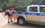 Tin tai nạn giao thông mới nhất ngày 13/8/2018: CSGT dùng xe chuyên dụng đưa người bị nạn đi cấp cứu