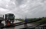 Video: Xe tải đột ngột tăng ga, lấn làn khiến ô tô con lao xuống ruộng
