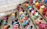 Tin tức - Video: Hàng trăm phụ nữ ăn cơm trộn cát cầu thần ban con ở Ấn Độ
