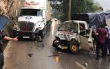 Tin tức - Video: Chiếc xe lao như bay xuống đèo, đâm mạnh vào container như phim hành động