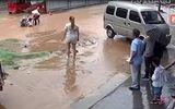 Tin tức - Video: Đi trên đoạn đường ngập, hai bé gái bị miệng cống