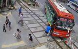 Tin tức - Video: Mất lái, xe khách bị thanh chắn tàu hỏa đâm xuyên buồng lái
