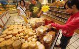 """Bánh trung thu Trung Quốc: """"Thượng vàng hạ cám"""", khách mua chen chúc xếp hàng"""