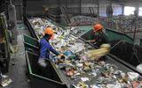 Tin tức - Đôi vợ chồng bới tung đống rác để tìm nhẫn cưới trị giá 700 triệu đồng