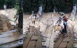 Tin tức - Video: Thót tim cảnh mạo hiểm vượt nước lũ bằng cầu treo ở Lâm Đồng