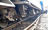 Điều tra nguyên nhân tàu hỏa trật bánh 2 toa khi vào ga khiến đường sắt tê liệt nhiều giờ