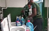 Học sinh bị trêu chọc vì quần áo bẩn, hiệu trưởng xây cả tiệm giặt là phục vụ