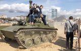 Video: Sống sót thần kỳ khi bị xe tăng nặng 6 tấn chèn qua người