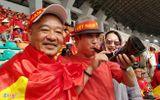 """Ủng hộ Olympic Việt Nam, cổ động viên """"nhuộm đỏ"""" sân vận động Pakan Sari"""