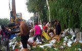 """Người dân lao vào """"hôi của"""" hàng tấn hoa quả từ xe tải bị lật"""