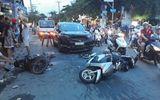 """Ô tô """"điên"""" tông liên hoàn 3 xe máy khiến nhiều người bị thương ở Sài Gòn"""