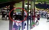 Video: Cô gái lái BMW lao thẳng vào nhóm học sinh